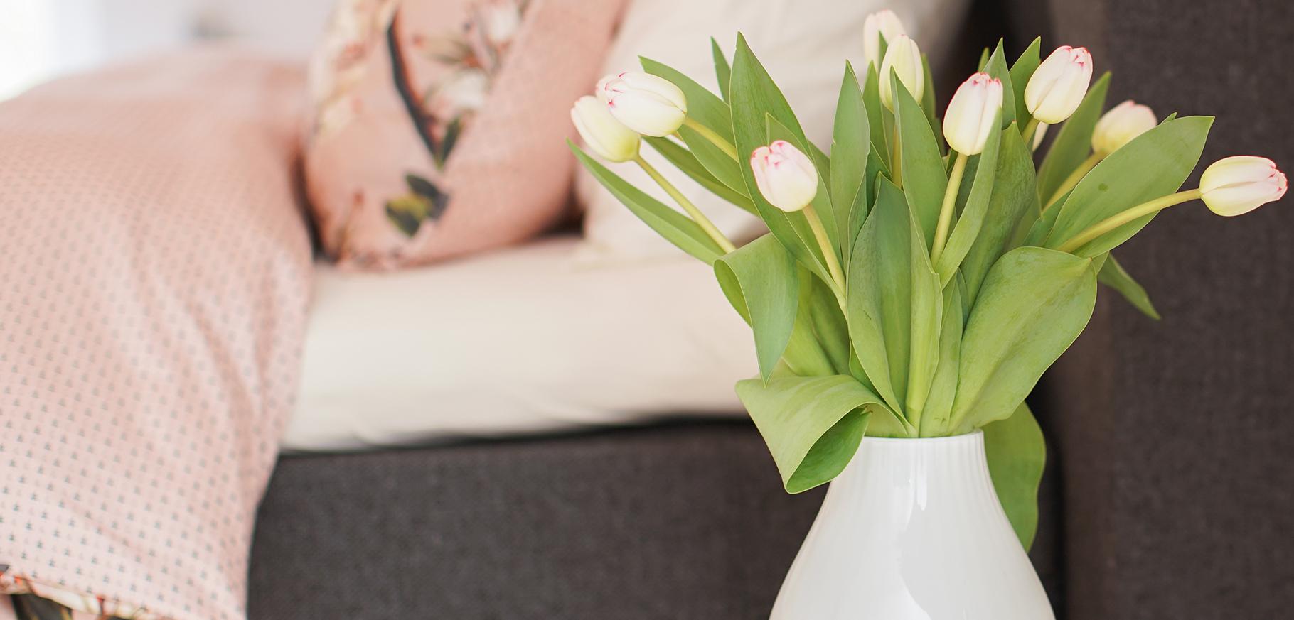 vaas bloemen op nachtkastje